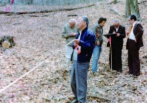 張禮文居士拿著羅盤尋找方位, 前者為沈家禎居士, 左後為趙真覺教授.